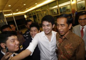 A student takes a selfie with Indonesian President Widodo (Reuters)