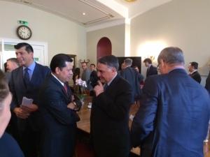 (Hablando, derecha) Edgardo Riveros, el Subsecretario de Relaciones Exteriores de Chile